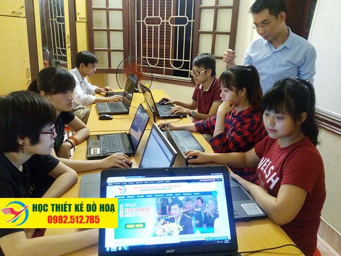 Các học viên thực hành kỹ năng tại một khóa học thiết kế đồ họa